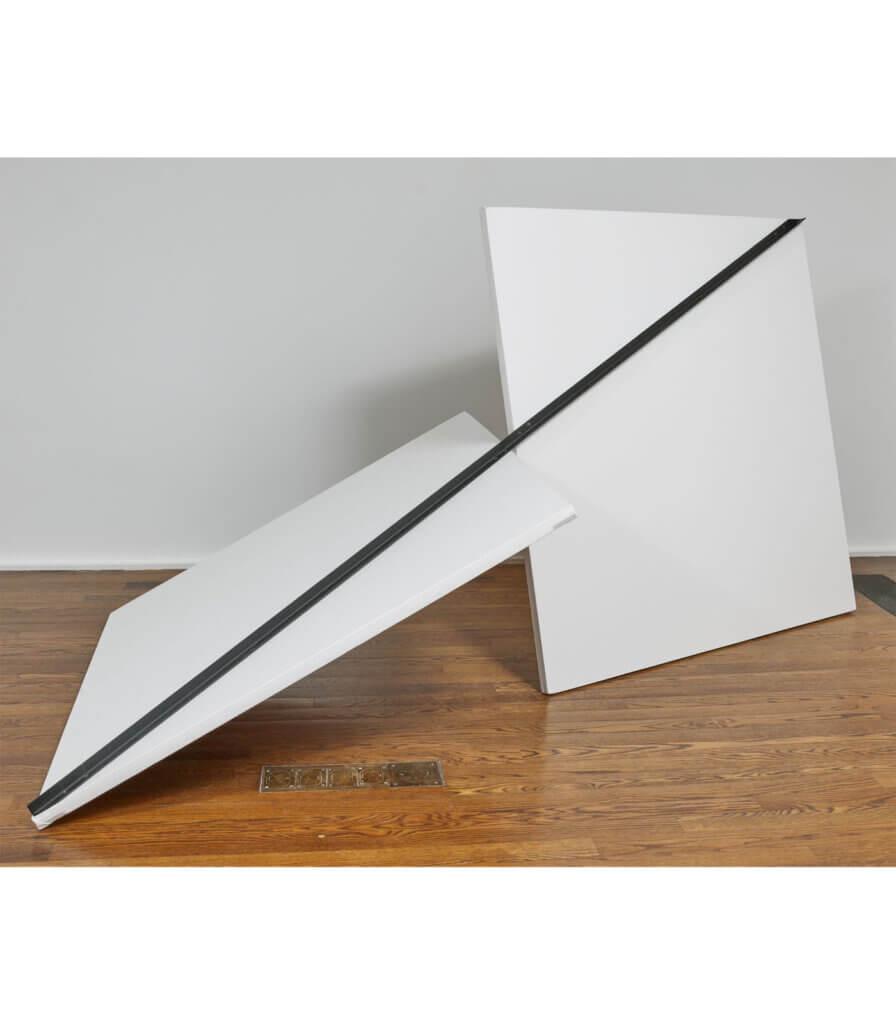 Seule droite (cornière métallique) passant dans 2 carrés (toiles) ayant le milieu d'un de leurs côtés en contact (Single straight line (metal angle iron) passing through 2 squares (canvases) having the middle of one of their sides in contact)